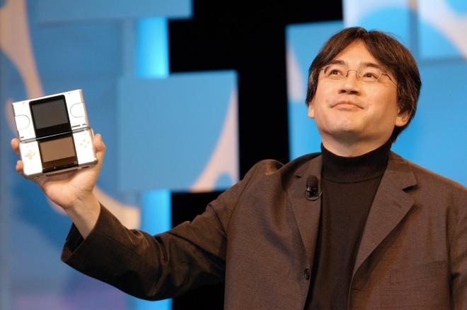 2004年5月、米国で携帯型ゲーム機を発表する任天堂の岩田聡社長=任天堂提供