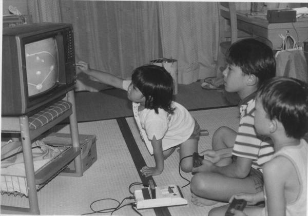 1983年、野球ゲームに熱中する子どもたち。「目が疲れやすい」などの批判もあったが、面白さは子どもを引きつけた=1987年7月、大阪府池田市内で
