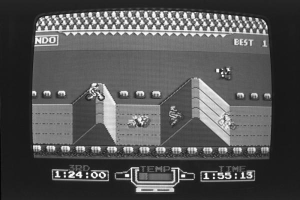 1985年2月、ファミコンのゲームソフト「エキサイトバイク」の画面