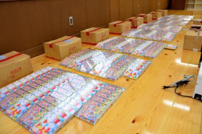 京都府内の山中に不法投棄されたAKB48のCD=2014年1月、府警田辺署