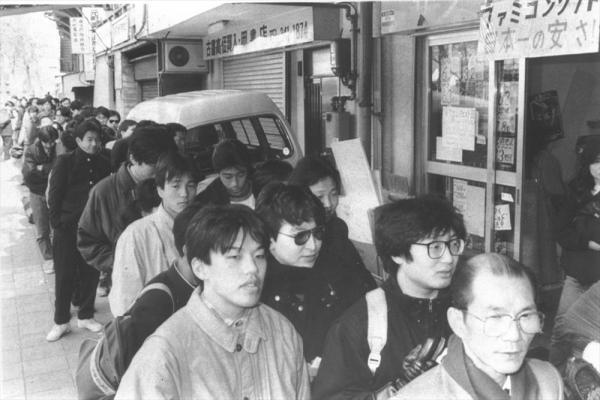 1988年2月、任天堂のファミコンの人気ソフト「ドラゴンクエスト・」の全国一斉発売日に、何処の販売店も長蛇の列ができた。神戸市内では授業をさぼって並びにきた中学生が36人も補導された