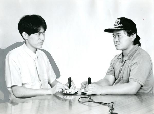 1986年5月、映画化された「GAME KING 高橋名人VS毛利名人 激突! 大決戦」。出演した高橋利幸氏(右)と毛利公信氏は、ファミコン名人で子どもたちのあこがれ。力の高橋に対し、技の毛利といわれた
