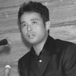 芥川賞を受賞し、記者会見をする辻仁成さん=1997年