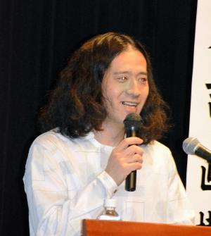 「人生で得たもの、表現に生かして」北上市であった詩歌文学館賞記念シンポで講演する又吉直樹さん=2015年5月