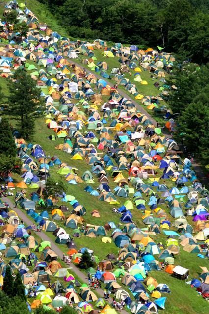 泊まり込みの観客たちが張ったテントの大群は、フジロック名物のひとつ=2013年7月、新潟県湯沢町
