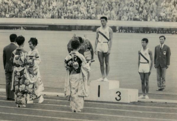 【1964年10月】東京五輪のリハーサルで、和服姿のコンパニオンが参加しての陸上の模擬表彰式