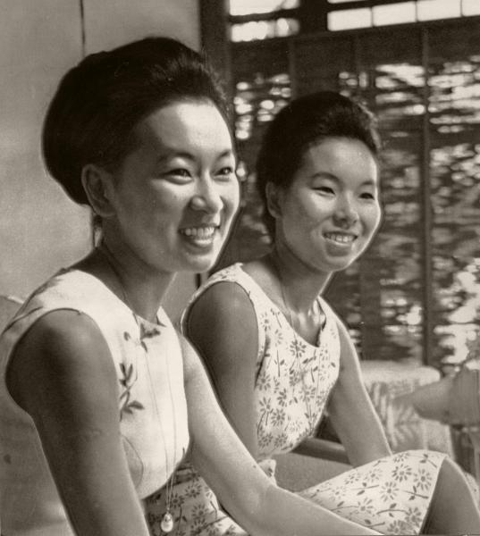 【1964年8月】東京五輪組織委員会のコンパニオンに選ばれた池田勇人首相の次女紀子さん(左)、三女祥子さん