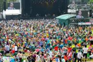 夏の野外音楽イベント「フジロックフェスティバル」には毎年、数万人が参加。泊まりがけで夜通し楽しむ人も=新潟県湯沢町の苗場スキー場、2012年