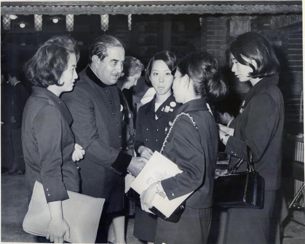 【1964年10月】帝国ホテルでIOC委員を案内するコンパニオン
