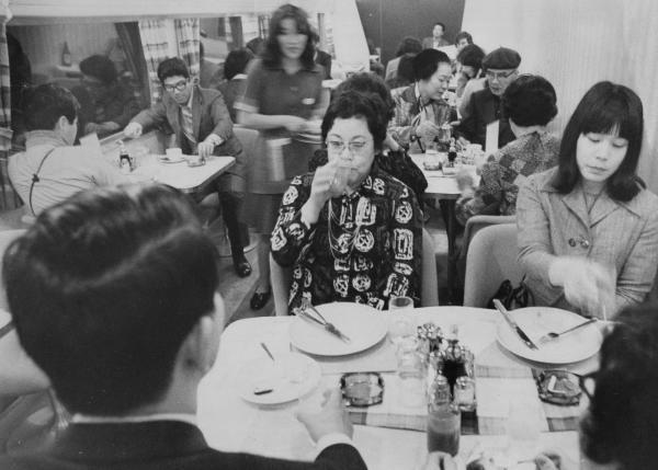 【1975年3月10日】山陽新幹線の岡山以西で初めて走った食堂車。モテモテだった。山陽新幹線は東海道新幹線を延長する形で、1972年3月15日に新大阪-岡山間、1975年3月10日、岡山-博多間が開通