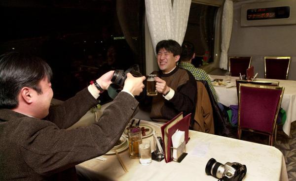 【2000年3月10日】新幹線の食堂車で食事を楽しむ乗客たち=山陽新幹線・新大阪―岡山間で