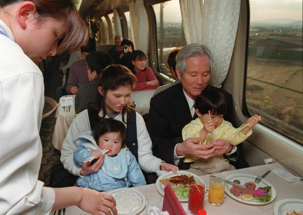 【2000年3月10日】満席の「ひかり127号」食堂車。乗客たちは車窓の外を楽しみながら食事を楽しんだ
