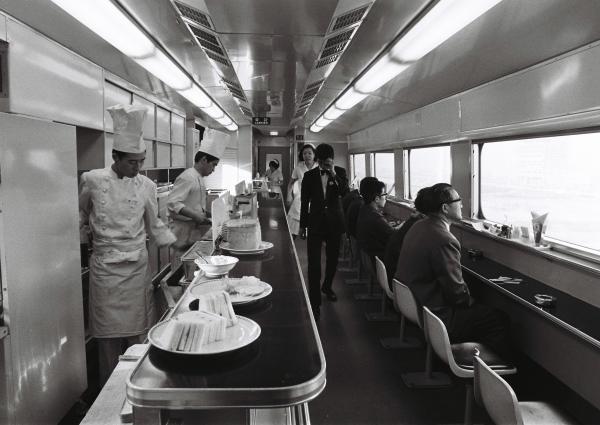 【1970年3月9日】東海道新幹線の近距離の「こだま」で、ビュッフェが一部営業中止となる前に、利用する客たち