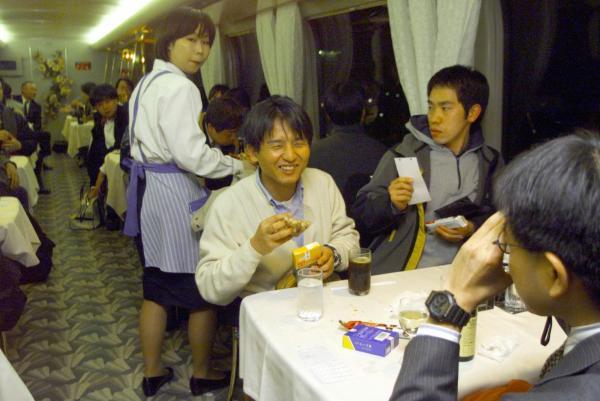 【2000年3月10日】26年間親しまれてきた新幹線の食堂車が、歴史の幕を閉じた。下りでは最後の列車となった午後4時7分東京発博多行きの「ひかり127号」の食堂車はほぼ満員。広島駅を過ぎるころには料理はすべて売り切れて、飲み物だけの販売となったが営業終了まで別れを惜しむ乗客たちでいっぱいだった