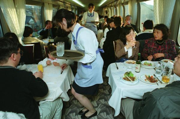 【2000年3月10日】別れを惜しむ人たちで満員の「ひかり127号」の食堂車