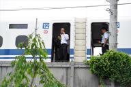 停止した東海道新幹線「のぞみ225号」。携帯で連絡を取る人たちの姿が見られた=6 月30日、神奈川県小田原市、諫山卓弥撮影