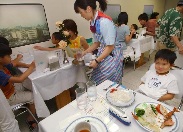 【2003年8月6日】新幹線の食堂車を「再現」したレストラン=名古屋市中村区で