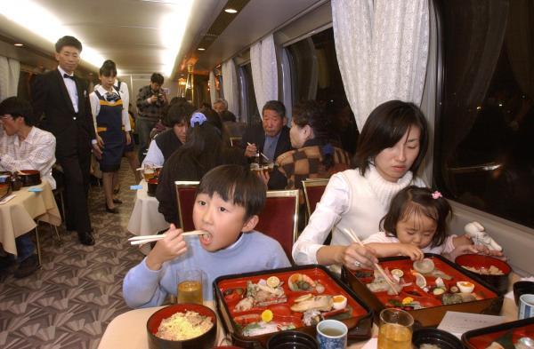 【2002年11月23日】「グランドひかり」のさよなら運転で復活した食堂車で、夕食を楽しむ乗客たち