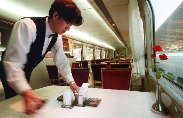 【2000年1月】廃止が決まった食堂車。発車を前に「新幹線の名物がひとつなくなる。やっぱりさみしいですね」と、従業員の1人が話した