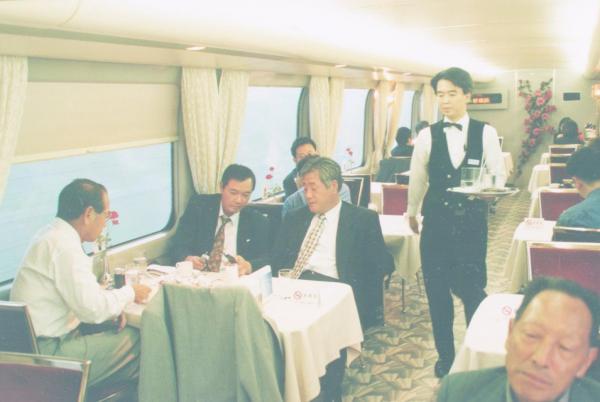【1998年10月】この頃は、わずか8本に減った食堂車。時間帯によって、客の入りにムラが出るなど、回転率は当初から振るわなかったという=東海道新幹線で