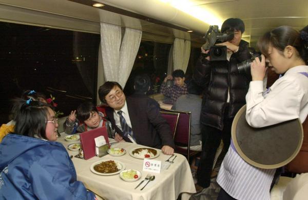 【2000年3月10日】新幹線の食堂車で別れを惜しみ記念撮影に納まる親子連れ