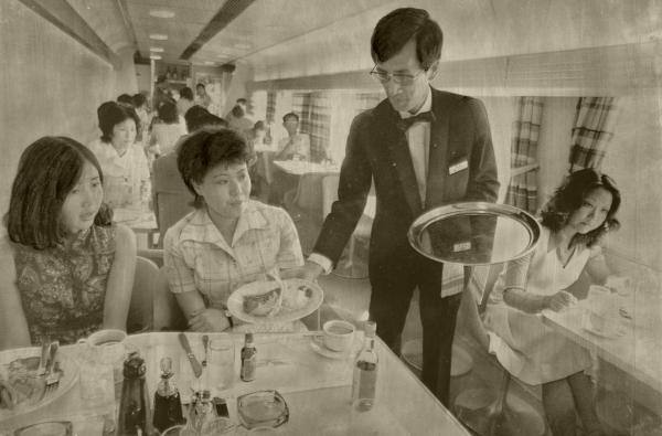【1974年9月5日】新幹線に初登場した食堂車で食事を楽しむ乗客たち