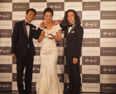 セーレンの新製品発表会で笑いを取るピースの2人。中央にいるのは女優の床嶋佳子さん