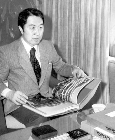 文化勲章を受け、大阪市役所を表敬訪問した当時の南部さん=1978年11月8日、大阪市役所
