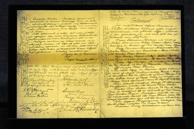 ノーベル財団本部に展示されているノーベルの遺言書=ストックホルム