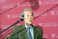 ノーベル物理学賞の受賞が決まり、記者会見する南部陽一郎さん=2008年10月、米イリノイ州のシカゴ大、勝田敏彦撮影