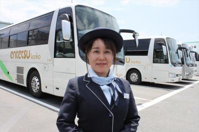 遠州鉄道のバスガイド、影山直子さん=静岡県浜松市