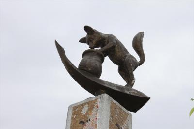 びくをのぞきこむごんを表現したモニュメント=愛知県半田市の新美南吉記念館
