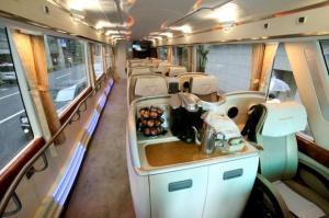 座席を10席に抑えたバス「三越プレミアムクルーザー」の車内