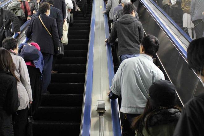 「立つ人は左」が守られている新宿駅のエスカレーター=2013年3月26日撮影