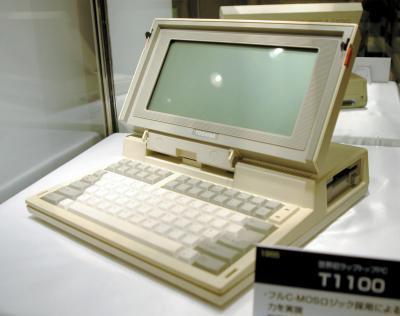 東芝が1985年に世界で初めてドイツで発売したラップトップ型パソコン。価格は6480マルク(約52万5千円相当)だった