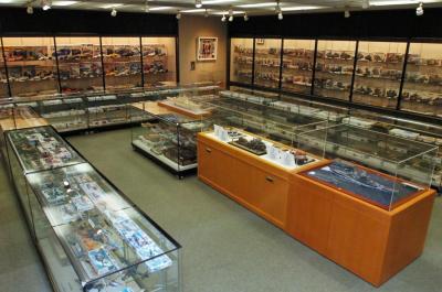 タミヤ歴代のプラモデルやラジコンが並べられた展示室=静岡市駿河区恩田原のタミヤ歴史館で=2007年11月