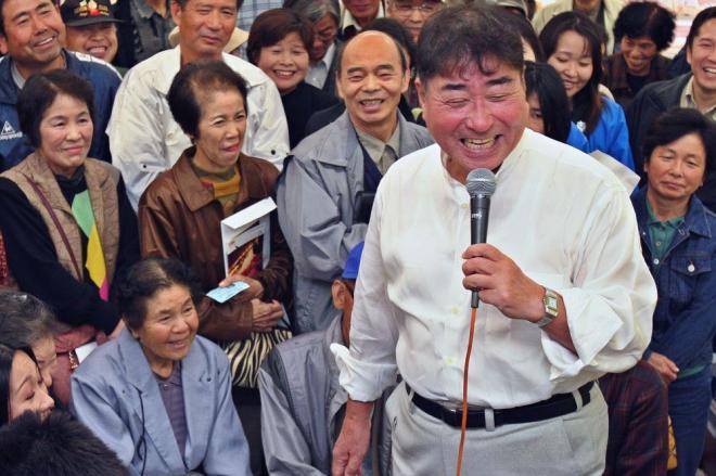「おかあさん」どころか「ババア」と呼んでも笑顔にしてしまう毒蝮三太夫さんのトーク=2004年11月