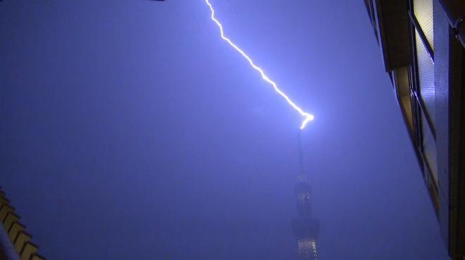 東京スカイツリーに落雷した瞬間=2013年8月21日