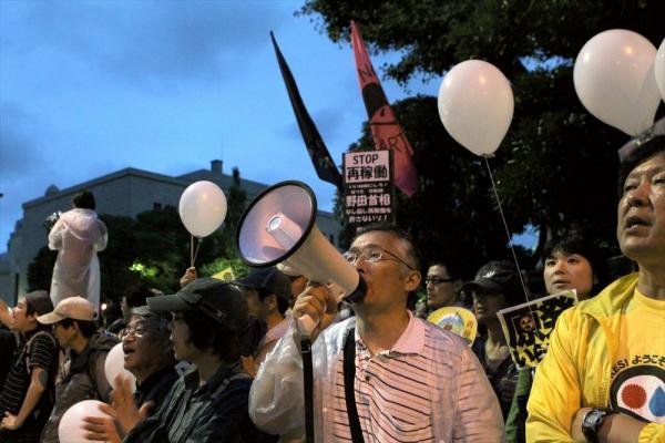 【2012年7月20日】反原発デモの参加者。金曜夜の首相官邸や国会周辺は、スーツ姿の人が歩いている昼間とは異なる光景になる