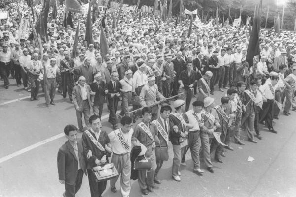 【1960年6月18日】新安保条約の自然承認を前に、安保阻止統一行動で33万人が国会デモ。徹夜で国会を包囲した。写真は道路いっぱいに行進する各県代表のデモ隊