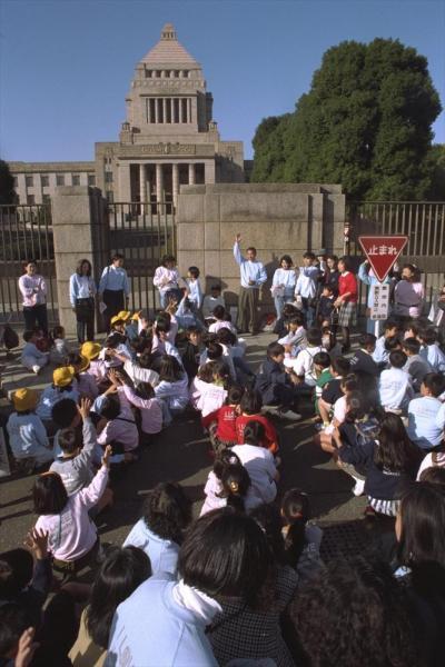 【1992年11月11日】都心の過疎化対策として東京都千代田区が進めている区立小中学校全校の統廃合構想で永田町小学校が廃校になり、通学している児童が別の4校に振り分けられるのに反対して、永田町小の児童と父母合わせて約200人が国会周辺をデモ行進した
