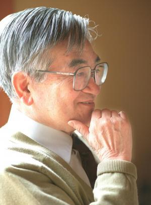 「私はコンビニに期待する。単なる消費者民主主義というが、たいしたもんです」と語る鶴見俊輔さん=1997年4月、京都市