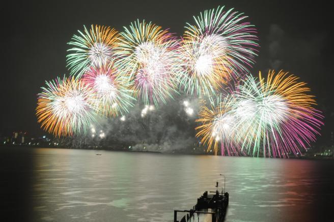 琵琶湖上に打ち上がる花火=2014年8月8日、大津市柳が崎