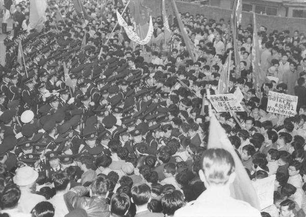 【1959年11月27日】安保阻止第8次統一行動で国会請願のデモ隊約2万人が国会構内に入る。警官ともみ合い、300人以上が負傷。写真は首相官邸前で警官隊に阻止されるデモ隊