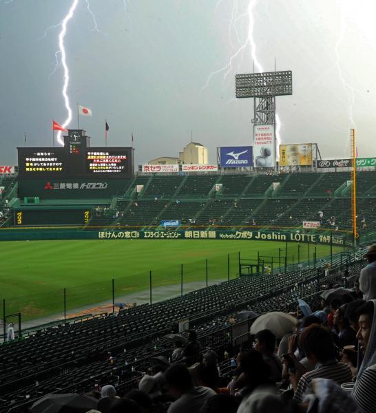 雷雨で試合が中断され、上空に稲妻が光る阪神甲子園球場=2012年8月18日