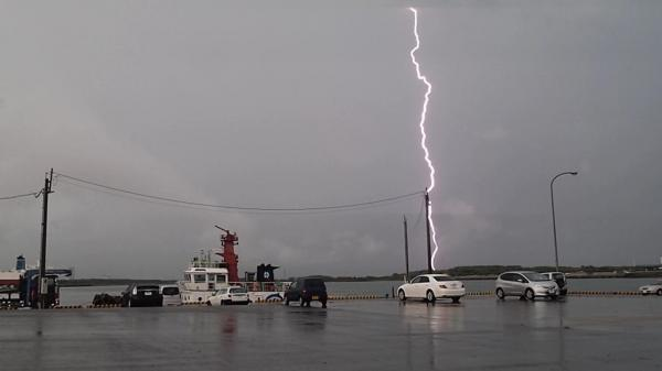 激しい雨の後も雷が続きゴロゴロ不気味な音が鳴り響いた宮崎市の宮崎港=2012年9月5日