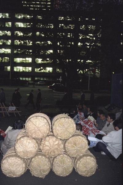 【1992年12月2日】日本にコメ市場の開放を迫るウルグアイ・ラウンドが1992年内の合意に向けて動き出したのを受け、全日本農民組合連合会や市民団体、労働団体が、東京都内で集会を開き、「農業の崩壊は環境破壊にもつながる」として「関税化絶対阻止」の集会アピールを採択した
