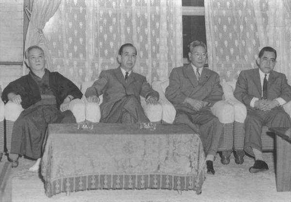 【1960年6月16日】国会請願デモに押しかけた全学連主流派が国会突入をはかり警官隊と衝突。東大生の樺美智子さんが死亡した。政府は深夜に臨時閣議を開き、「いかなる暴力も排撃する」と強硬な声明を出した。写真は臨時閣議に出席した左から益谷副首相、岸首相、池田通産相、佐藤蔵相