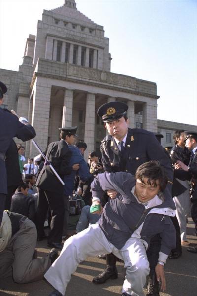 【1993年12月9日】ウルグアイ・ラウンド(ガットの新多角的貿易交渉)をめぐり、熊本県の農協関係者が、コメ市場の部分開放反対を叫んでデモ行進した