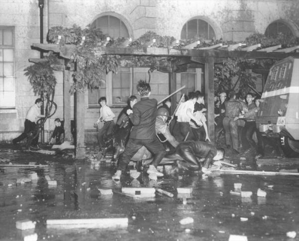 【1960年6月15日】国会請願デモに押しかけた全学連主流派が国会突入をはかり警官隊と衝突した。写真は南門から国会構内に乱入した全学連と警官隊の乱闘